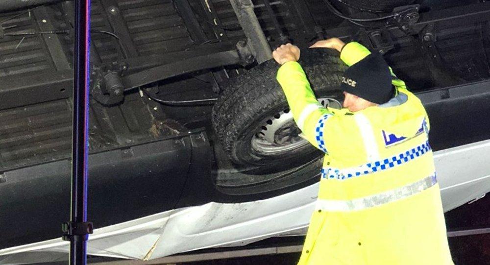 Британский офицер 15 мин. заколесо удерживал машину отпадения смоста