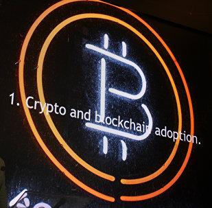 Эмблема криптовалюты биткоин, архивное фото
