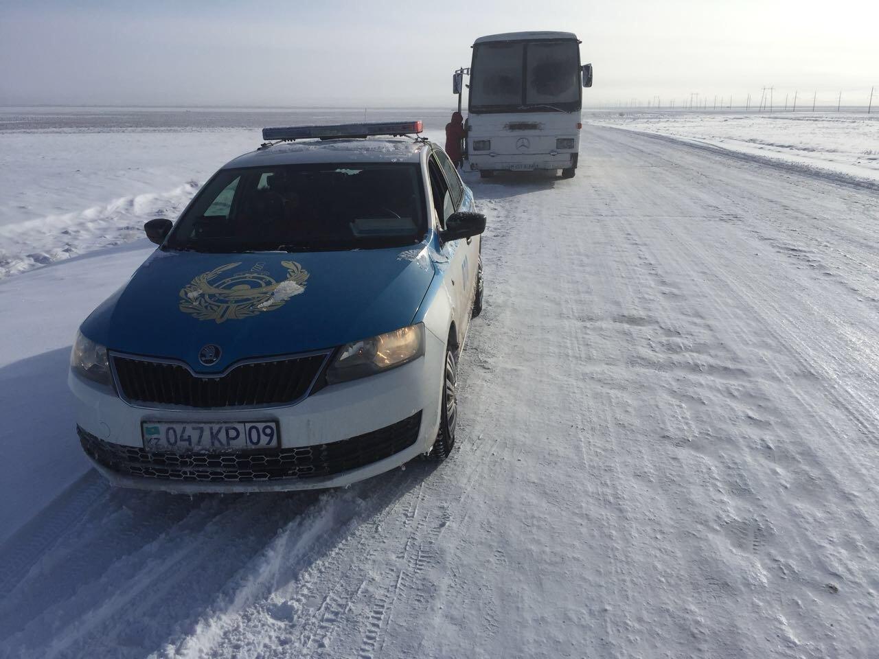 Полицейские Карагандинской области пришли на помощь возвращавшимся на автобусе из Китая женщинам