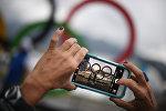 Адамдар Олимпиада саябағында суретке түсіп жүр, архивтегі сурет