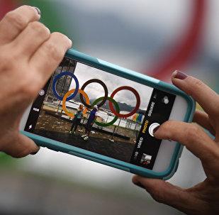 Посетители фотографируются в Олимпийском парке