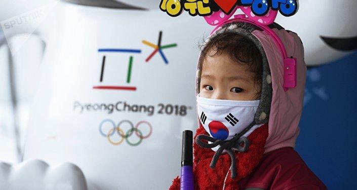 Девочка у Белого тигра – талисмана зимних Олимпийских игр 2018 в Пхенчхане