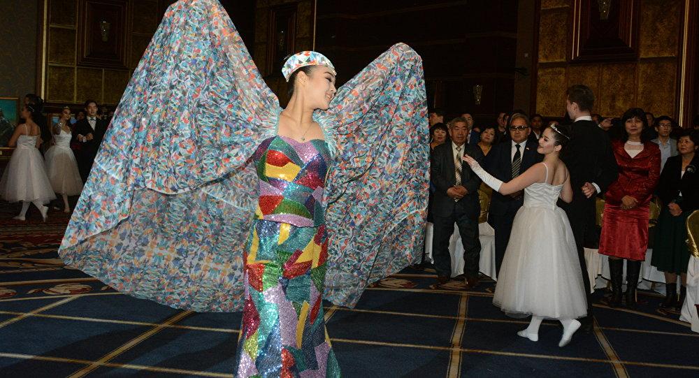 Костюм птицы - символа программы Рухани жаңғыру
