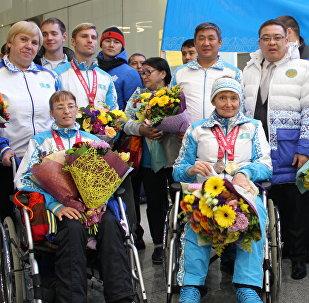В аэропорту Астаны встретили триумфаторов чемпионата мира по паралимпийскому плаванию и пауэрлифтингу