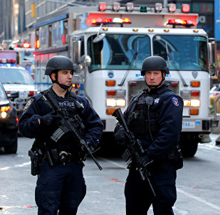 Полицейские на месте взрыва в Нью-Йорке