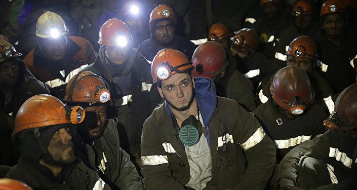 Рабочие в забое шахты