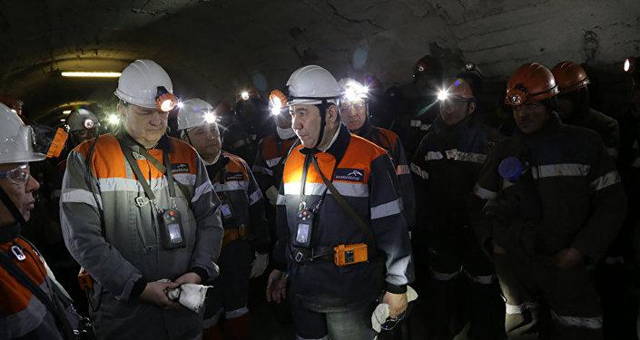 Аким Карагандинской области Ерлан Кошанов во время переговоров с шахтерами