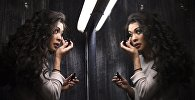 Девушка перед зеркалом, архивное фото