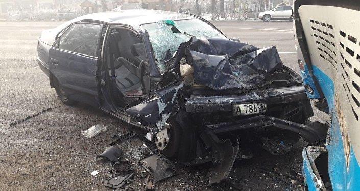 Водитель Toyota врезался в припаркованный автобус