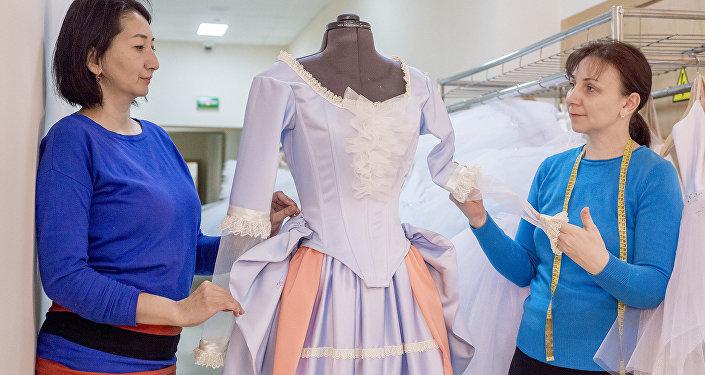 Заведующая пошивочного цеха театра Астана Балет Наталья Протасова (справа)