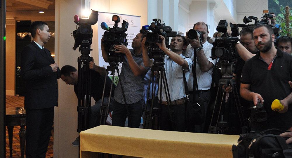 Министр информации заявляет, что репортеры согласны споправками взакон оСМИ