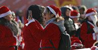 Девушка в костюме Санта Клауса