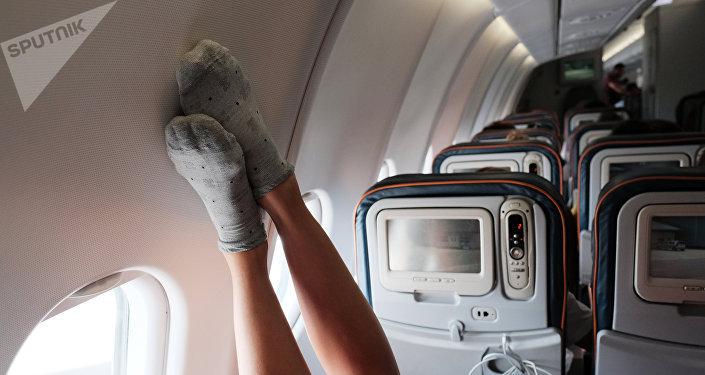 Пассажир в самолете во время полета