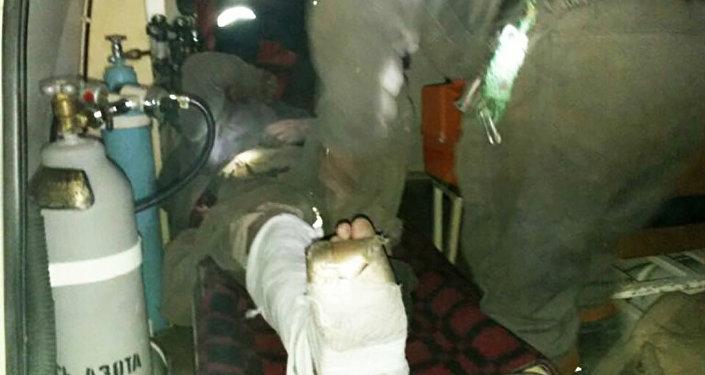 Эвакуация пострадавшего при обрушении на шахте имени Кузембаева