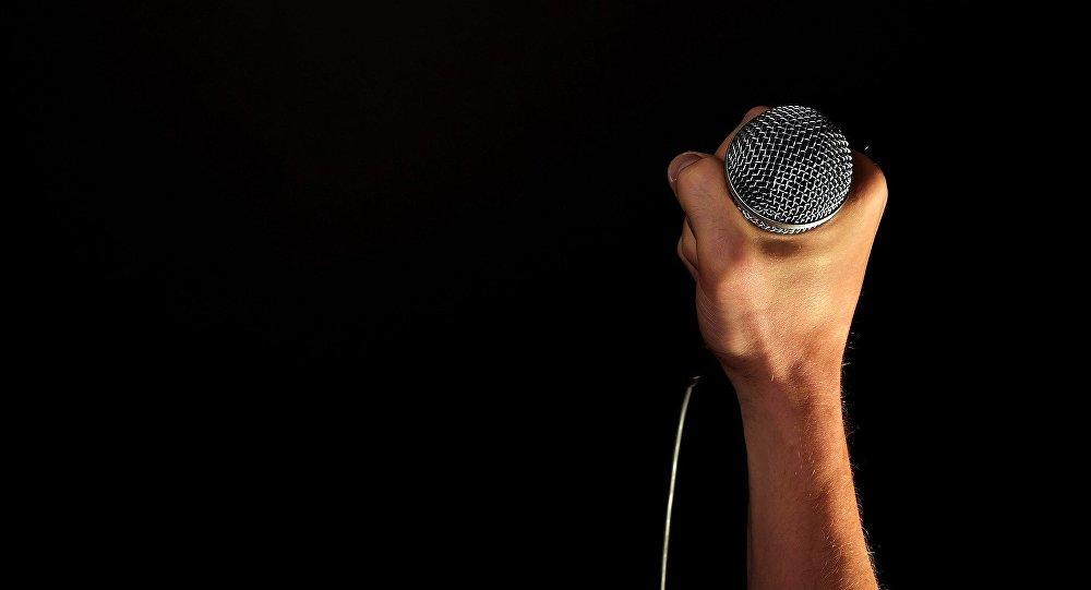 Микрофон в руке