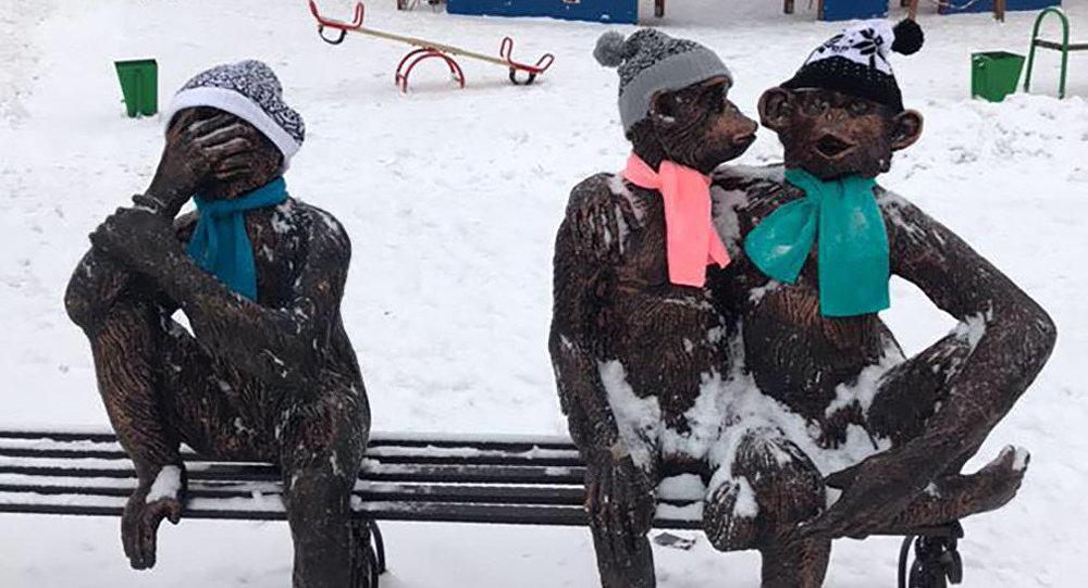 Скульптуры в Астане надели вязаные шарфы и шапки