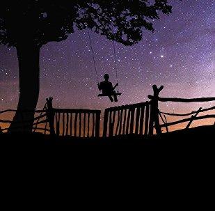 Качели на фоне звездного неба