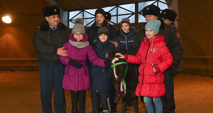 Детям подарили пони