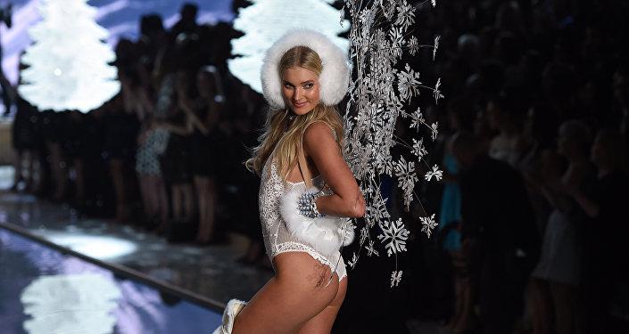 Шведская модель Эльза Хоск во время Victoria's Secret Fashion Show в Нью-Йорке