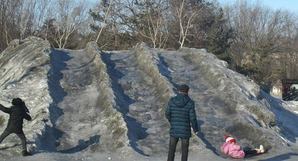 Граждан  Темиртау обеспокоил черный снег
