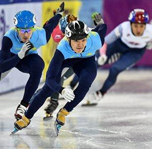 Абзал Ажгалиев (в центре) в финальном забеге на этапе Кубка мира по шорт-треку в Минске, архивное фото