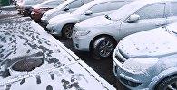 Автомобили на улице после снегопада. Архивное фото