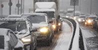 Автомобили на зимней трассе, архивное фото