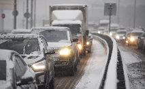 Автомобили во время снегопада, архивное фото