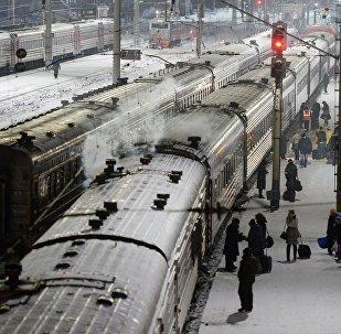 Электропоезда на железнодорожной станции, архивное фото