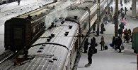 Пассажирские поезда на станции, архивное фото