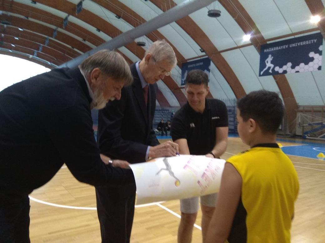 Алжан Жармухамедов во время мастер-класса с юными баскетболистами в Астане
