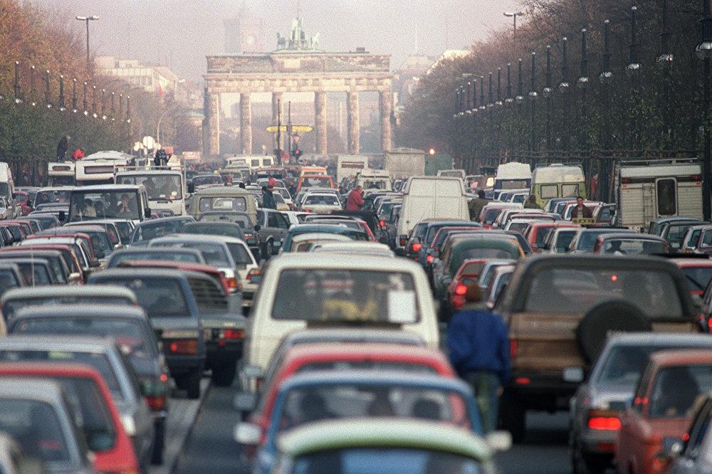 После падения Берлинской стены во время празднования Пасхи в 1990 году бывшие восточные и западные немцы впервые за 40 лет поехали в гости друг к другу. Из-за этого на шоссе, по которому в обычные дни проезжало не более 1 миллиона автомобилей, образовалась пробка из 18 миллионов машин.