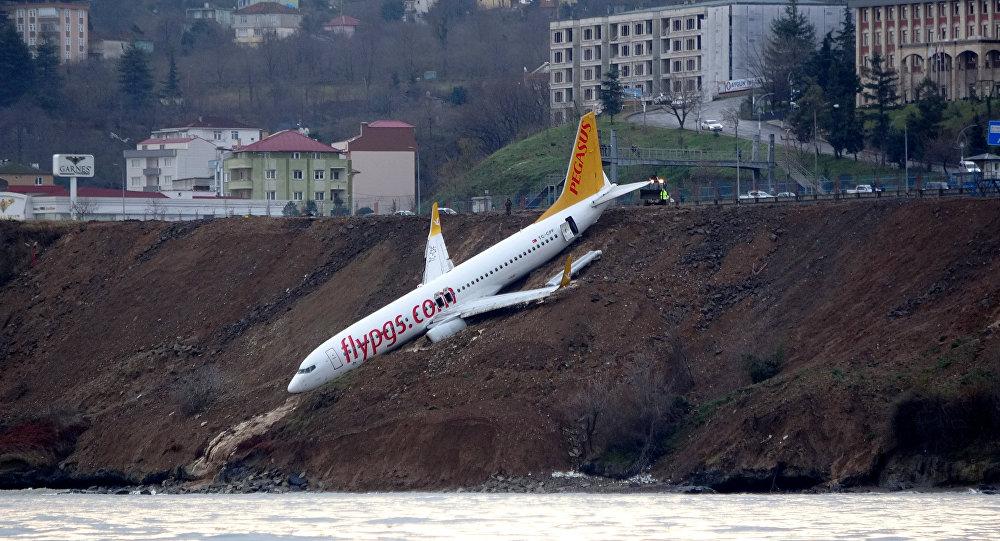 Пассажирский самолет застрял на краю обрыва в Турции