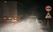 Занесенная снегом трасса, архивное фото