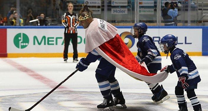 Капитан Барыса Найджел  Доус на Мастер-шоу в рамках Недели звезд хоккея в Астане