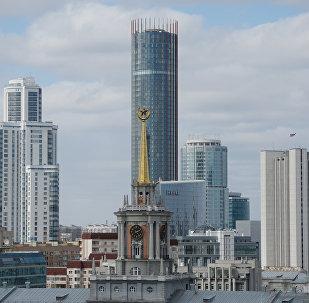 Башня городской ратуши на фоне Екатеринбург Сити