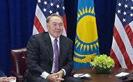 Президент Нурсултан Назарбаев на фоне флагов Казахстана и США, архивное фото
