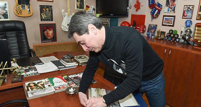 Ноэль показывает свою коллекцию пластинок Битлз