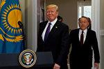 Президент США Дональд Трамп и президент Казахстана Нурсултан Назарбаев входят в комнату Рузвельта Белого дома в Вашингтоне, США, 16 января 2018 года