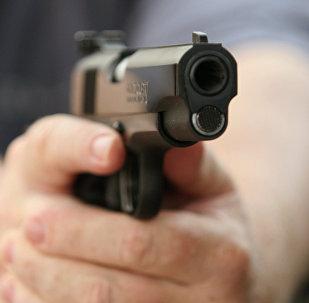Мужчина держит пистолет Colt,архивное фото