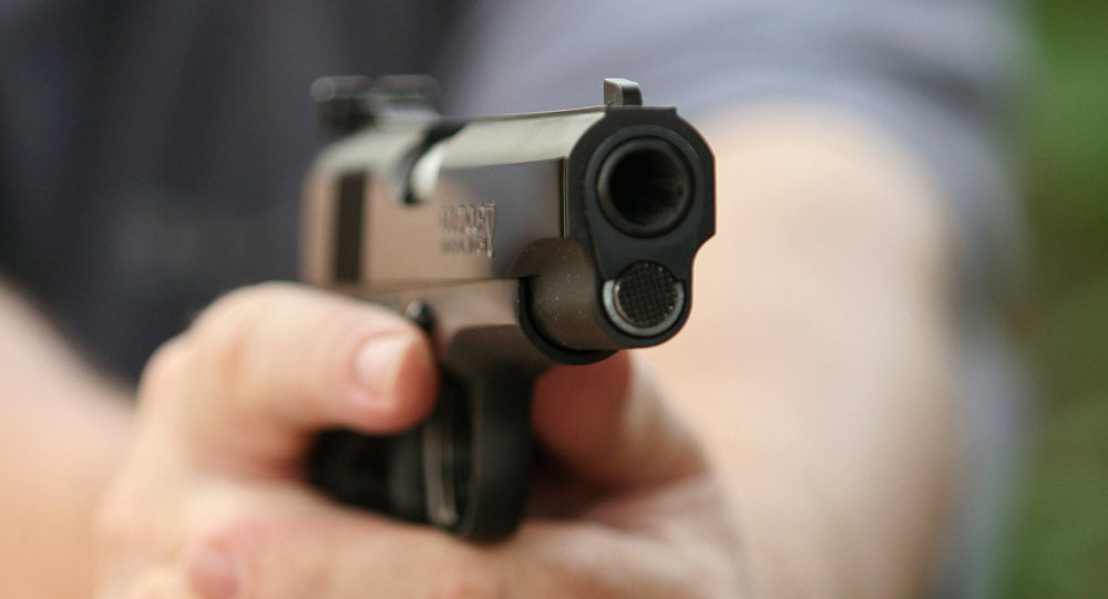 Мужчина держит пистолет Colt, архивное фото