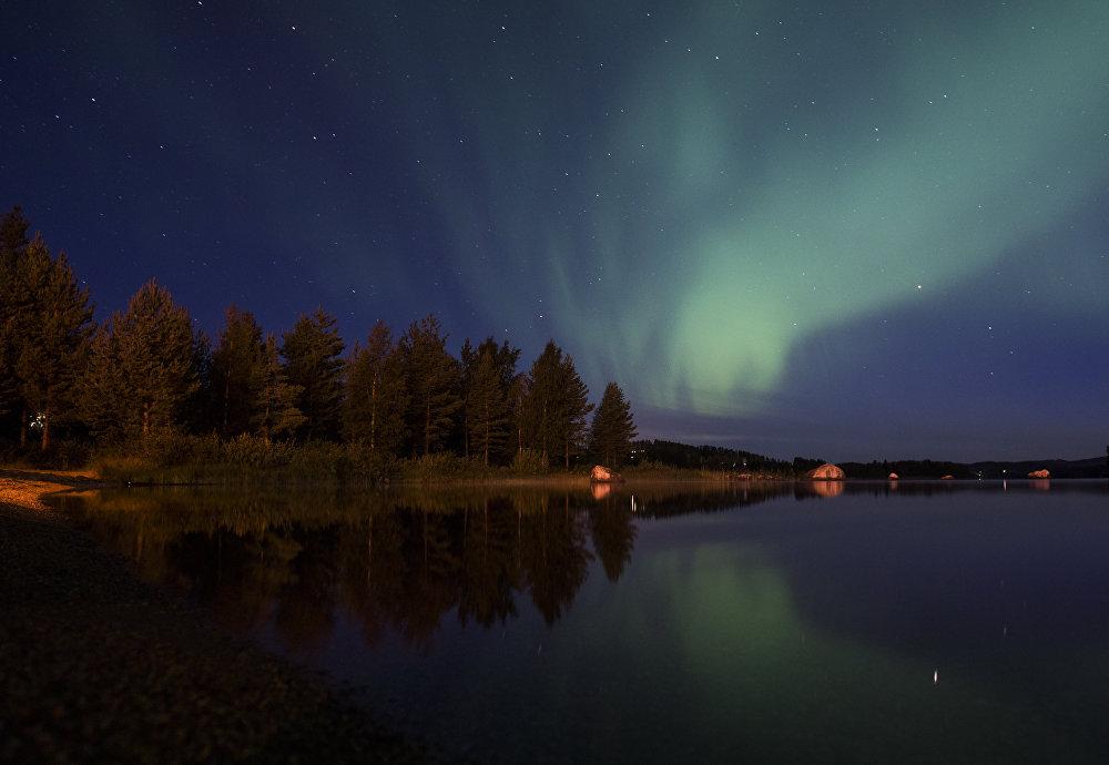 Северное сияние в деревне Эрикслунд в округе Вестердорланд в Швеции