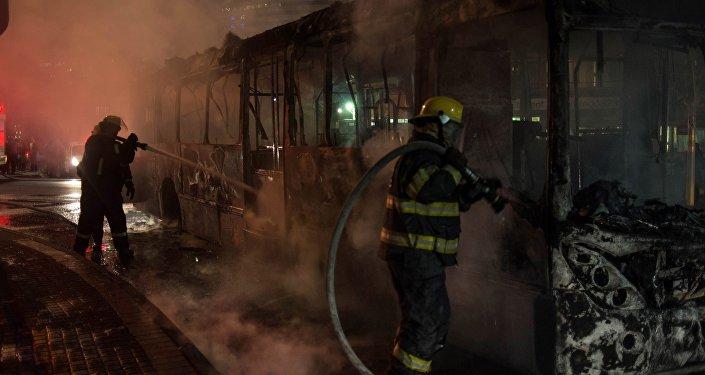 Пожарные тушат горящий автобус, иллюстративное фото