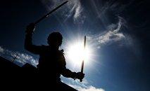 Мужчина с мечом, архивное фото