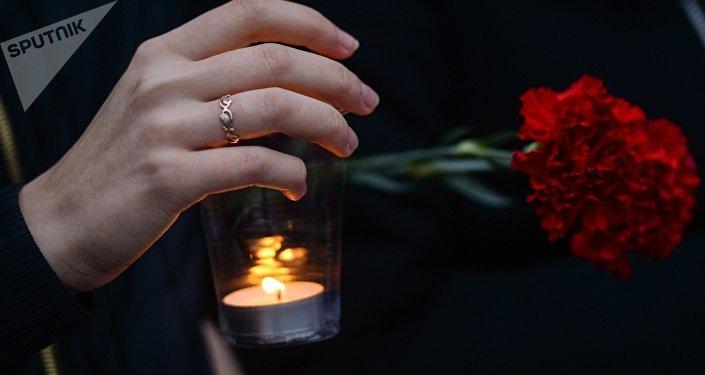 Цветы и свеча, архивное фото
