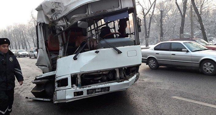 Автобус № 416 двигался по проспекту Суюнбая