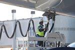 Заправка пассажирского самолета с помощью топливно-заправочного комплекса, архивное фото