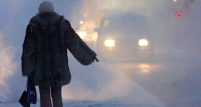 Девушка в мороз голосует на дороге, иллюстративное фото