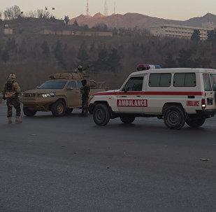 Автомобили скорой помощи вблизи с отелем, захваченным боевиками в Кабуле