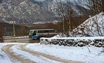 Автобус на заснеженной трассе, архивное фото